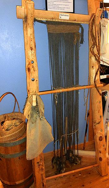 """Et kopi av en """"opstadvev"""" som ble brukt til å veve seglene som ble brukt på vikingskipene."""