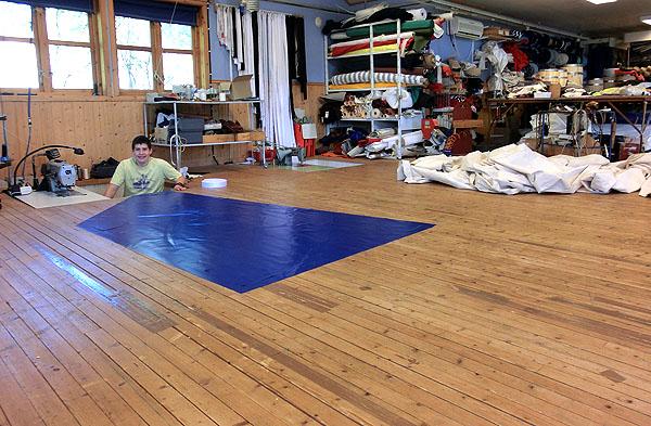 Seglene som lages er store, så hele gulvet blir brukt som arbeidsbord.