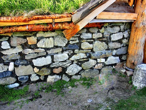 Alle steiner som er brukt i muren er båret minst tre ganger. Muren består av to lag med stein med en sandfylling mellom for å gjøre den vindtett.