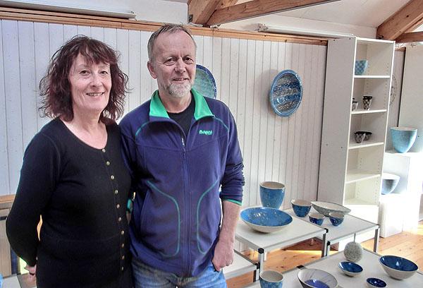 Strandval Pottemakeri eies og drives av keramikerne (mnk) Bente Høydahl og Per Arne Sørli.