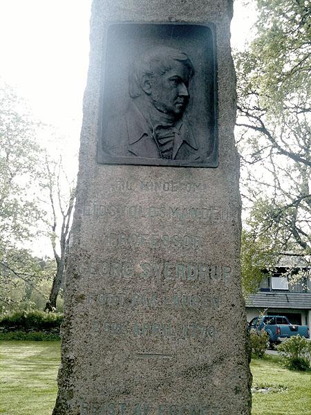 Minnebautaen over Georg Sverdrup - en av Eidsvollmennene.