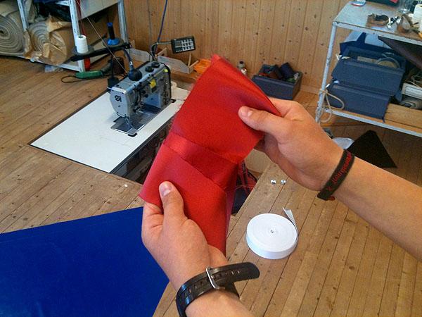 En stykke av den tykke indiske silken som er brukt til å lage seglet til Draken Harald Hårfagre.