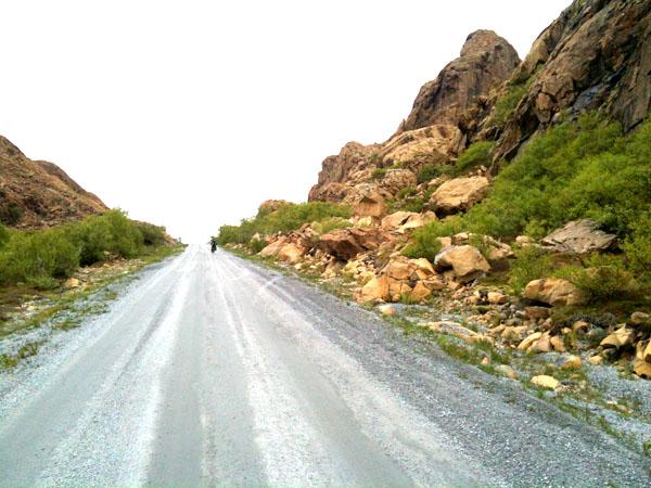 På baksiden av Leka (vestsiden) er fjellene gule.