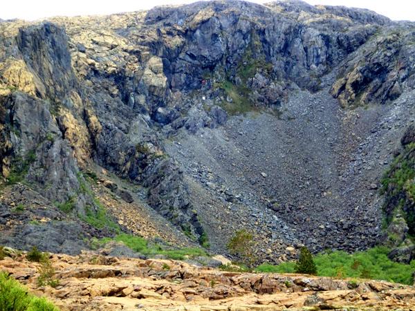 Svanhild ble funnet ved den røde flekken som er markert ca 2/3 oppe i fjellsiden midt i bildet (rett over en hvit flekk).