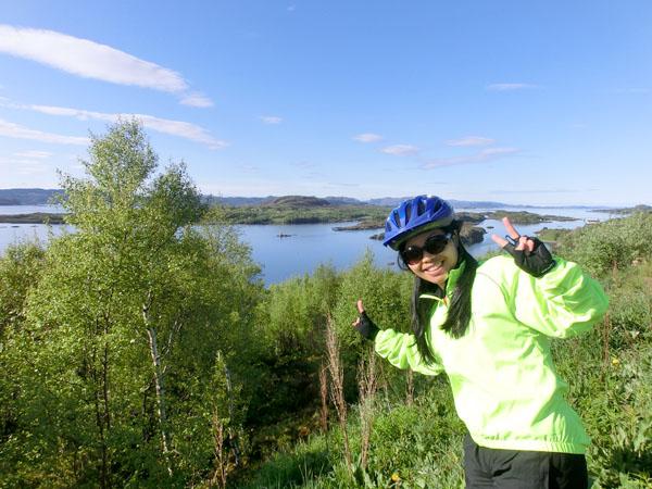 Maggie er klar for en ny sykkeldag og er fornøyd med det gode været selv om temperaturen kunne vært bedre.