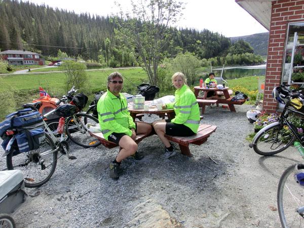 Geir Eriksen og Laila Olsen stoppet også ved butikken for å kjøpe mat og spise lunsj.