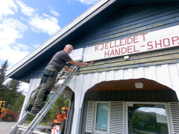 Sturla Hansen henger i stigen og er snart klar for å begynne å male.