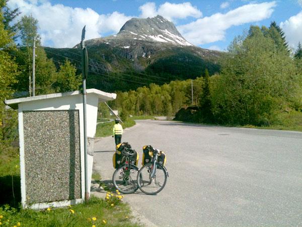 Står ved foten av Heilhornet og venter på bussen til Brønnøysund.