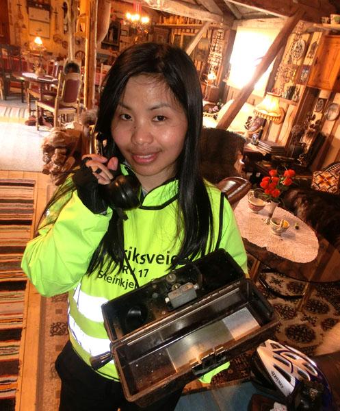 Maggie oppdaterer tur-bloggen med smart-telefonen sin :-)