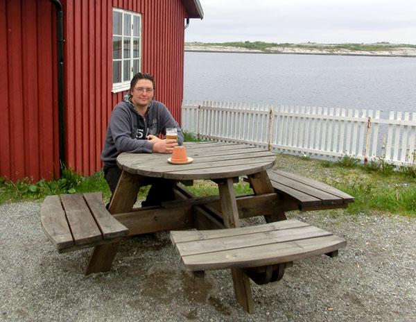 Selv om det gjerne kunne vært litt varmere var det hyggelig å slappe av med en kald øl mens man nøt utsikten.