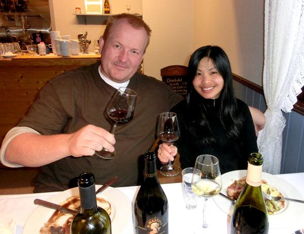 Arnt Mathias og Maggie smaker på vinen som ble servert til lammet.