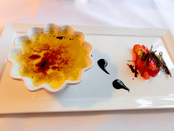 Crème brûlée smaksatt på Santa rosa kaffebønner fra Honduras Servert med limezest parfymert jordbær