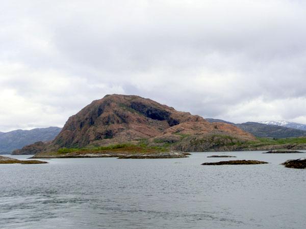 Rødøya passeres på fergeturen fra Forvik til Tjøtta.