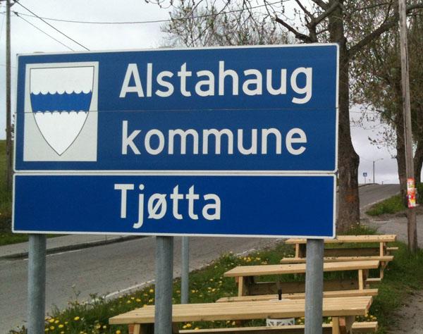 Da var vi framme på Tjøtta i Alstahaug kommune. Herfra går turen videre til Søvik der vi skal ta ferge til Herøy. På veien dit besøker vi Tjøtta Internationale Krikskirkegård og Petter Dass museet på Alstahaug.