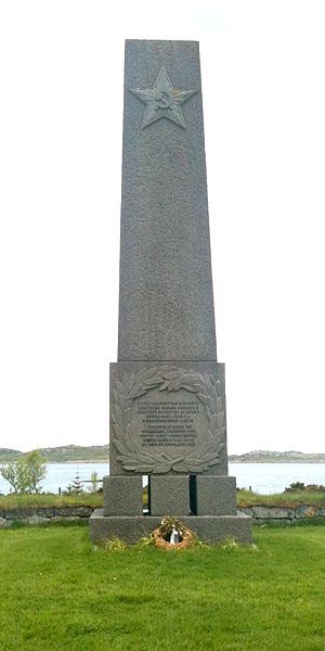 Minnebautaen på Tjøtta internasjonale krigskirkegård.