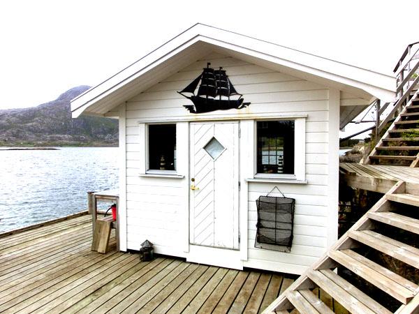 På Elfis Sjøcamping kan du bo i denne hytta helt nede ved sjøen.
