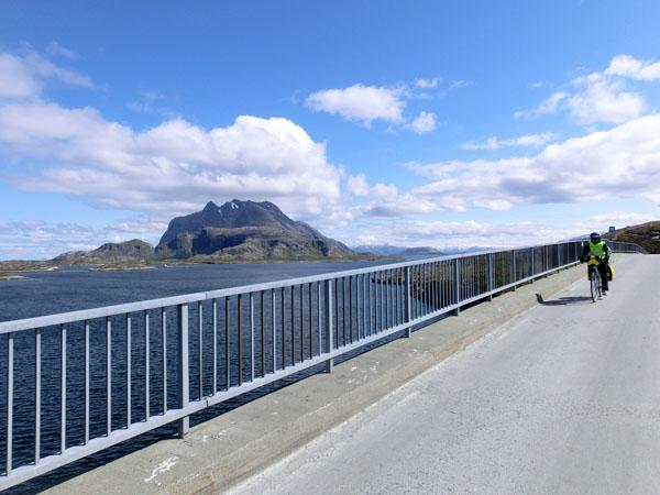 Vi sykler i fantastiske omgivelser med Dønnamannen på den ene siden ...