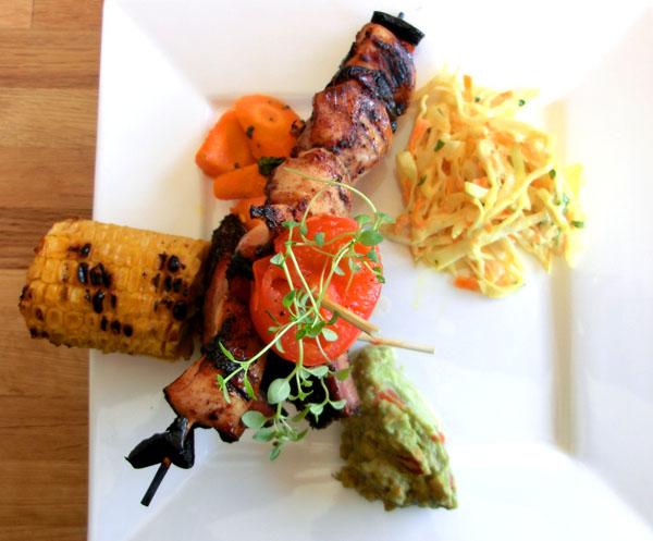 Kyckling smurt med Solbärs glaze, Ved-grillade sparribs, Coleslaw och lime marinerade gulrøtter, Guacamole
