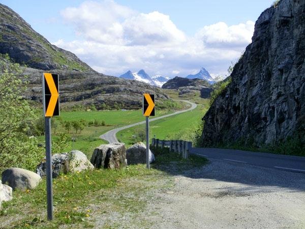 """På vei over gjennom """"skaret"""" fra vestsiden til østsiden av Dønna."""