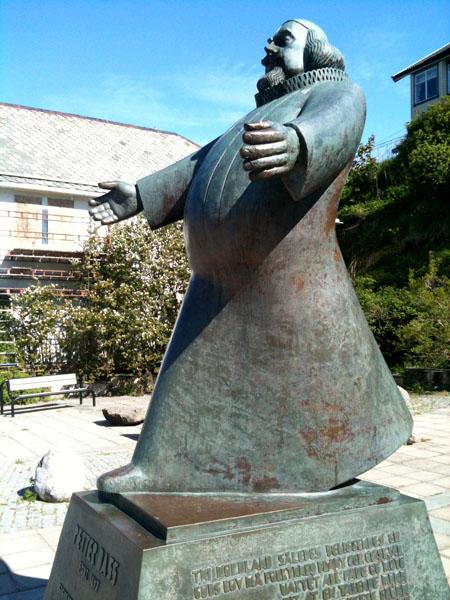 Petter Dass statuen i Sandnessjøen. Hvis statuen er representativ så var Petter Dass ganske feit, og vi kan derfor konkludere med at han ikke brukte sykkel når han reiste rundt på Helgeland.