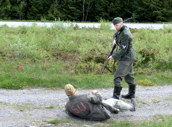 """En av de russiske krigsfangene blir """"mishandlet"""" av en tysk soldat."""