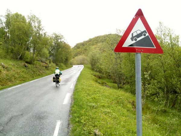 Etter Aldersund ble veien mot Kilboghamn mer kupert.