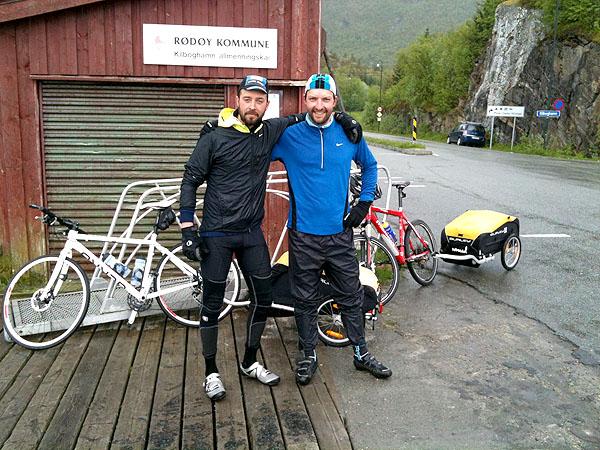 Brynjar Bredesen og Marius Morstøl på full fart mot Nordkapp.