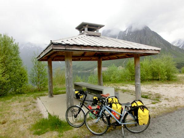 Strekningen vi sykler på nå regnes som en ekstra fin og flott turistvei (Nasjonal Turistveg) av Statens Vegvesen og rasteplassene her er derfor betydelig finere enn de vi finner andre steder