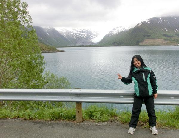 Maggie med Svartisen i bakgrunnen. Tidligere så gikk isen helt ned til vannet.
