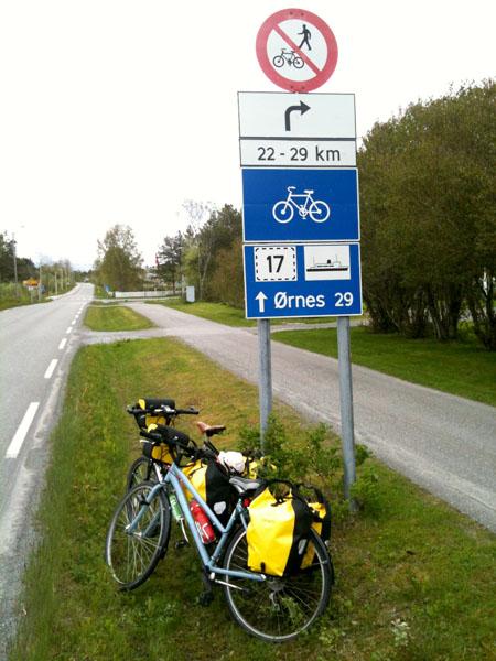 Syklister får ikke lov til å sykle gjennom Svartistunnelen, men må ta fergen fra Vassdalsvik til Ørnes. En ferge som går alt for sjeldent så man har ikke mange avganger å velge i.