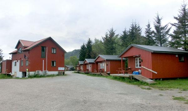 Noen av hyttene og servicebygget på campingen.