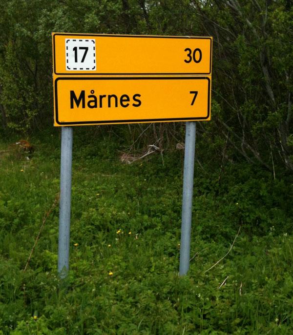 Fra fergekaia på Sandhornøy er det 30 km rundt øya.