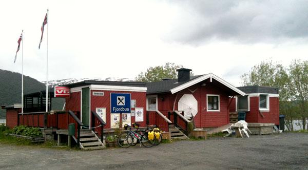 Her på Fjordbua finner du Kystriksveiens triveligste kafèdriver.