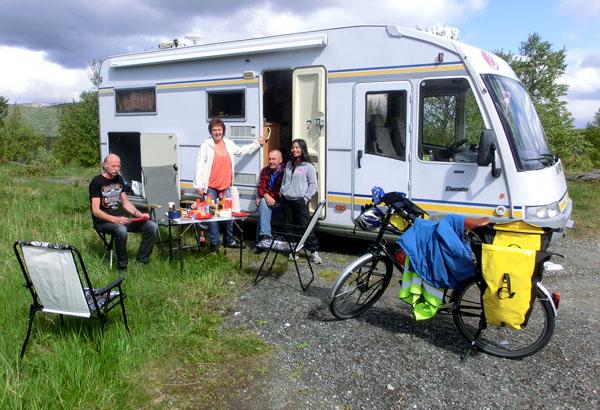 Einar og Elsa skal også på Bodø Air Show i helgen. Vi møtte dem på veien og spiste lunsj der før vi syklet videre.