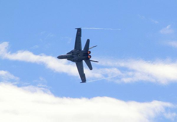 En F/A-18C Hornet med etterbrennerne på full skuv.