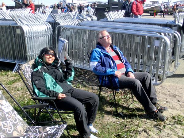 Min kjære kone og min kjære stefar hygget seg med flyshowet og satt sånn og kikket til værs det meste av dagen.