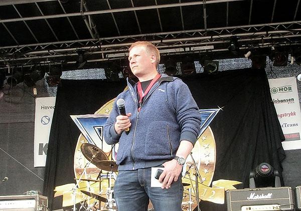 Rolf Liland er ekspertkommentatoren på Bodø Air Show 2012 og han kommenterte også oppvisningen over Bodø på kvelden.