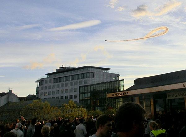 Det ble også arrangert en flyoppvisning på kveldshimmelen i forbindelse med festen på torget.