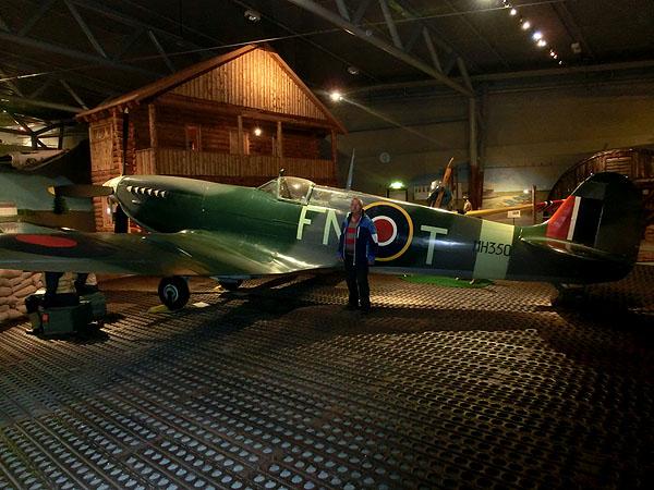Torstein foran en Spitfire, flyet som vant Slaget om Storbritannia sommeren 1940.