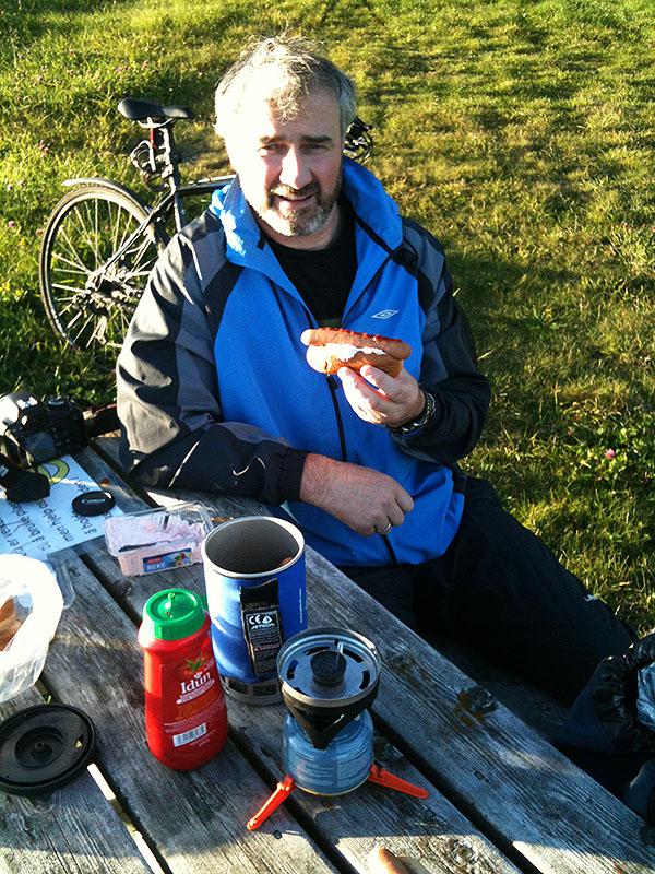 Robert Justad og en pølse i brød med rekesalat og ketchup (I)
