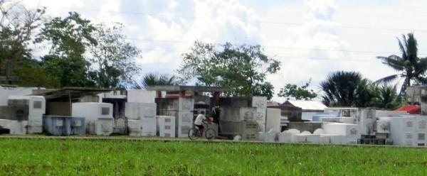 (10:26) Vi sykler forbi en Filippinsk kirkegård.