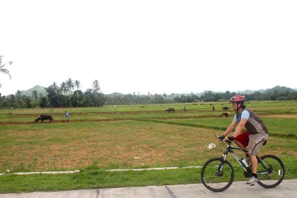 Her sykler jeg langs en åker som bøndene holder på å pløye opp. Ikke mye mekanisert jordbruk å se her ute på landet.