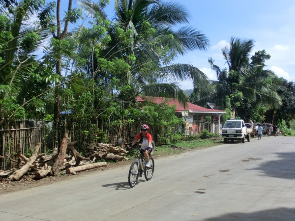 Maggie på vei gjennom en av de mange små landsbyer som ligger langs veien