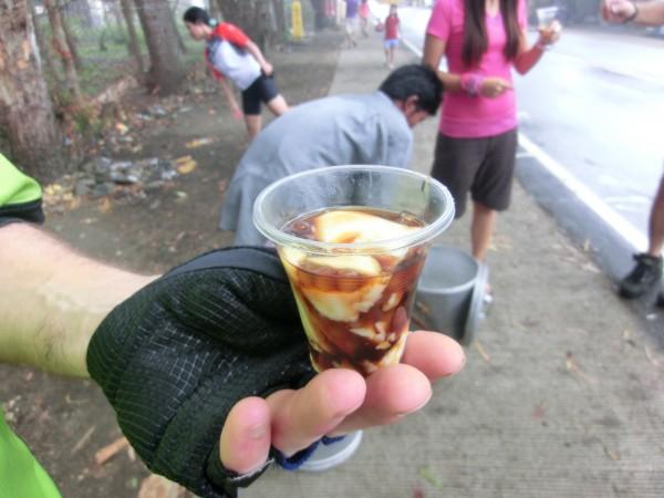 """(10:08) En liten kopp med """"Taho"""". Den koster 5 Pesos (ca 40-50 øre) og gir mye energi"""