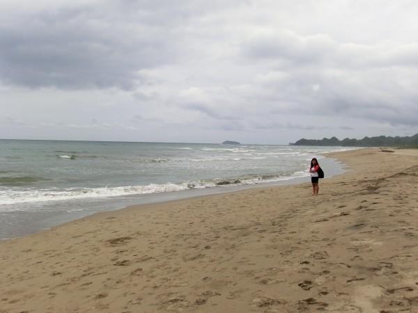 Mens vi ventet på at situasjonen skulle ordne seg trakk Maggie og jeg litt lenger bort på stranden for å unngå å bli blandet inn i diskusjonen