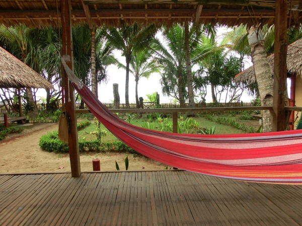 Hengekøye på verandaen og kort vei ned til stranden på den andre siden av gjerdet