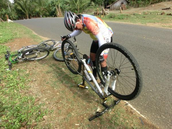 (09:10) Maggie fikk problemer med giret sitt men det ble heldigvis hurtig reparert av følgesyklisten fra Bugoy Bikers