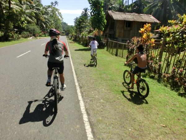 (12:09) Et lite stykke fikk vi følge på turen av noen unger på sykkel. De så det som en konkurranse å ligge først :-)
