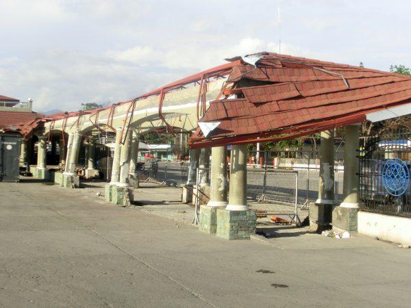 Havna i Dum var fortsatt sterkt preget av den siste orkanen som hadde gjort store skader på området.