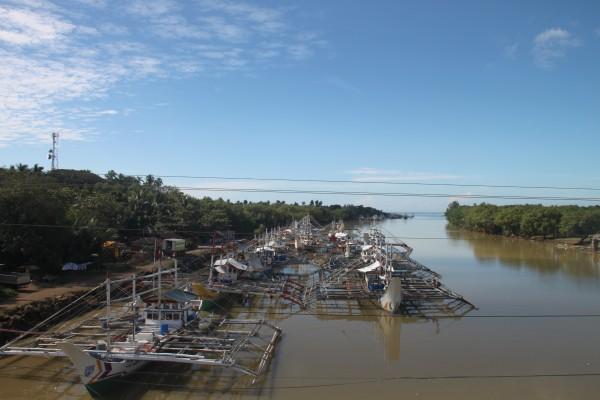 (10:06) Fiskeflåten ligger til kai langs elvebredden